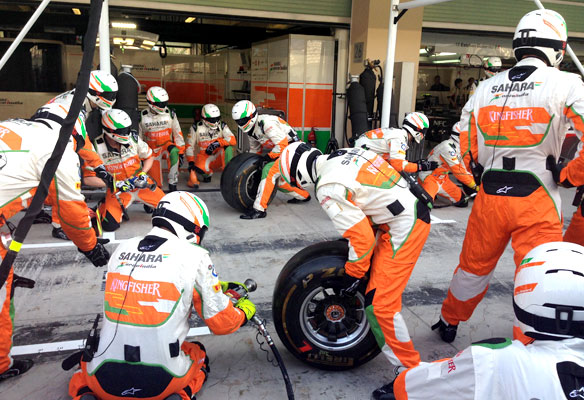Force-India,-tire-change1
